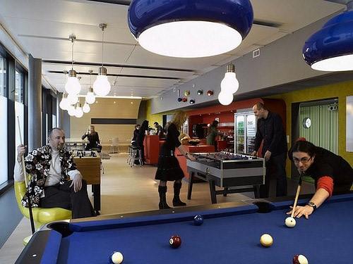 oficinas de Google jugando al billar