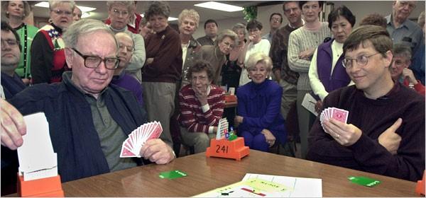 Warren Buffett y Bill Gates jugando a las cartas como amigos
