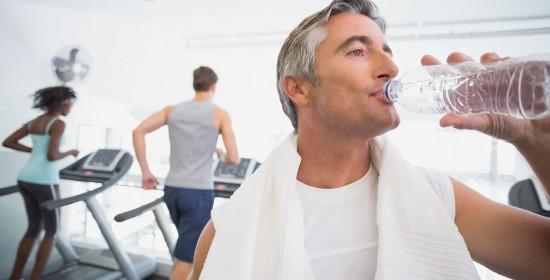 bebiendo agua en el gimnasio