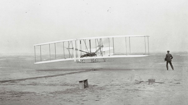 avión de los hermanos wright en el primer vuelo tripulado