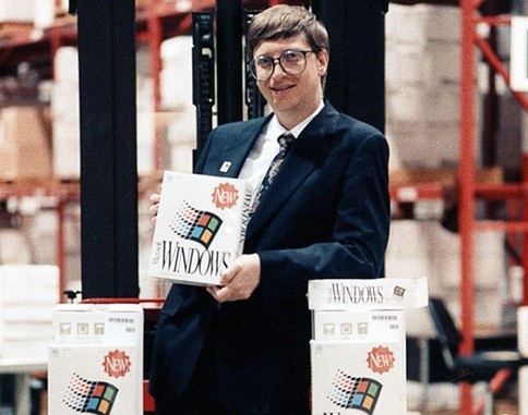 bill gates con uno de los primeros windows