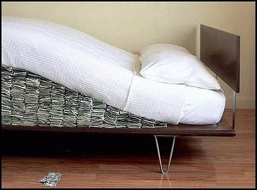 dinero debajo del colchón como en el banco